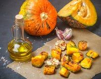 Ψημένες φέτες κολοκύθας με το σκόρδο, το δεντρολίβανο, το ελαιόλαδο και το άλας Στοκ φωτογραφία με δικαίωμα ελεύθερης χρήσης