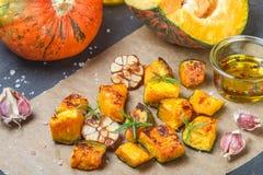Ψημένες φέτες κολοκύθας με το σκόρδο, το δεντρολίβανο, το ελαιόλαδο και το άλας Στοκ εικόνα με δικαίωμα ελεύθερης χρήσης
