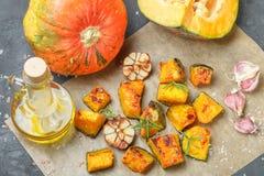 Ψημένες φέτες κολοκύθας με το σκόρδο, το δεντρολίβανο, το ελαιόλαδο και το άλας Στοκ Εικόνα