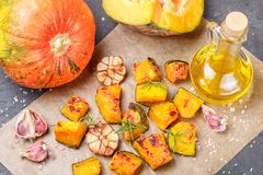Ψημένες φέτες κολοκύθας με το σκόρδο, το δεντρολίβανο, το ελαιόλαδο και το άλας Στοκ Φωτογραφία