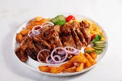 Ψημένες φέτες πατατών κρέατος τεράστιες, παστωμένο αγγούρι, κόκκινο κρεμμύδι, ντομάτες, κεράσι, μεγάλη εξυπηρέτηση, πιάτο, λευκό, Στοκ Εικόνες