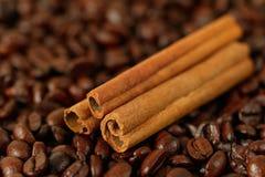 Ψημένες φασόλια και κανέλα καφέ Στοκ Εικόνες