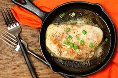 Ψημένες φούρνος πράσινες κρεμμύδια και πιπερόριζα ξιφιών Στοκ Εικόνες