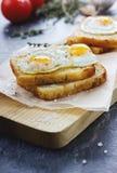 Ψημένες φρυγανιές με τα αυγά ορτυκιών Στοκ Εικόνες