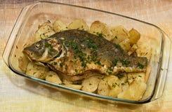 Ψημένες ψάρια και πατάτες Στοκ Φωτογραφίες