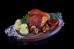 Ψημένη άρθρωση χοιρινού κρέατος με τις πολτοποίηση πατάτες και sauerkraut Στοκ εικόνες με δικαίωμα ελεύθερης χρήσης