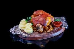 Ψημένη άρθρωση χοιρινού κρέατος με τις πολτοποίηση πατάτες και sauerkraut Στοκ Φωτογραφία