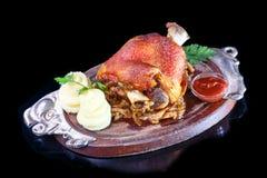 Ψημένη άρθρωση χοιρινού κρέατος με τις πολτοποίηση πατάτες και sauerkraut Στοκ Εικόνες