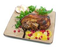 Ψημένη άρθρωση χοιρινού κρέατος σε ένα πιάτο σε μια άσπρη κινηματογράφηση σε πρώτο πλάνο υποβάθρου Στοκ φωτογραφίες με δικαίωμα ελεύθερης χρήσης