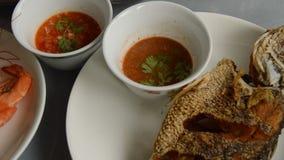 Ψημένη αλατισμένη βράση γαρίδων στα τσιγαρισμένα βαθιά ψάρια που βυθίζουν την πικάντικη και ξινή σάλτσα στον πίνακα φιλμ μικρού μήκους