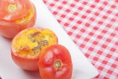 Ψημένη γεμισμένη ντομάτα για το πρόγευμα Στοκ φωτογραφίες με δικαίωμα ελεύθερης χρήσης