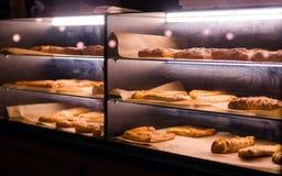 Ψημένη ζύμη κάτω από το παράθυρο γυαλιού στο αρτοποιείο Ψωμί, παράθυρο επίδειξης ζύμης στοκ εικόνες