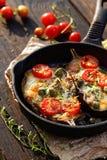 Ψημένη μελιτζάνα που γεμίζεται με τα οργανικά λαχανικά και το τυρί με τα αρωματικά χορτάρια Στοκ φωτογραφία με δικαίωμα ελεύθερης χρήσης