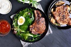 Ψημένη μπριζόλα χοιρινού κρέατος με την πράσινη σαλάτα Στοκ Εικόνες