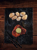 Ψημένη μπριζόλα χοιρινού κρέατος σε ένα βάθρο πετρών Στοκ Φωτογραφία