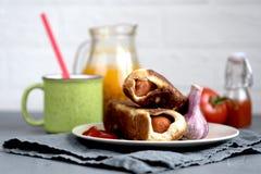 Ψημένη ντομάτα λευκαγκαθιών ζύμης λουκάνικων στοκ φωτογραφίες