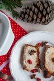 Ψημένη οσφυϊκή χώρα χοιρινού κρέατος με τα κεράσια και τα καρυκεύματα στον εορταστικό πίνακα Στοκ εικόνες με δικαίωμα ελεύθερης χρήσης