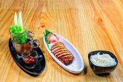 Ψημένη πάπια με τη σαλάτα και το ρύζι Στοκ φωτογραφία με δικαίωμα ελεύθερης χρήσης