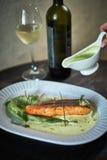 Ψημένη πέστροφα με τη σάλτσα και το μπρόκολο Στοκ εικόνες με δικαίωμα ελεύθερης χρήσης