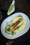 Ψημένη πέστροφα με τη σάλτσα και το μπρόκολο Στοκ εικόνα με δικαίωμα ελεύθερης χρήσης