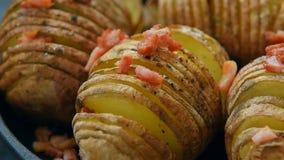 Ψημένη πατάτα με το μπέϊκον και τα καρυκεύματα απόθεμα βίντεο