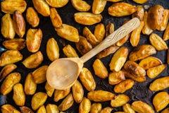 Ψημένη πατάτα σε ένα φύλλο ψησίματος Στοκ Εικόνες