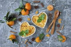Ψημένη πουτίγκα τυριών εξοχικών σπιτιών με την κανέλα και tangerines στοκ εικόνες