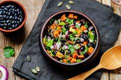 Ψημένη σαλάτα αβοκάντο pepita φασολιών γλυκών πατατών μαύρη Στοκ Εικόνα