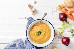Ψημένη σούπα κολοκύθας και καρότων στο άσπρο ξύλινο υπόβαθρο διάστημα αντιγράφων Χορτοφάγος έννοια Στοκ εικόνες με δικαίωμα ελεύθερης χρήσης