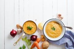 Ψημένη σούπα κολοκύθας και καρότων στο άσπρο ξύλινο υπόβαθρο Στοκ Εικόνες