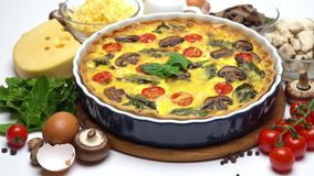 Ψημένη σπιτική πίτα πίτα στην κεραμική μορφή, τα αυγά και την κρέμα ψησίματος απόθεμα βίντεο