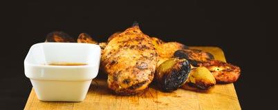 Ψημένη στη σχάρα λωρίδα στηθών κοτόπουλου με στοκ φωτογραφίες