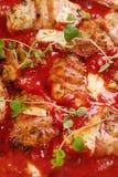 Ψημένη στη σχάρα λωρίδα στηθών κοτόπουλου στη σάλτσα ντοματών Στοκ φωτογραφία με δικαίωμα ελεύθερης χρήσης