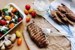 Ψημένη στη σχάρα μπριζόλα και ελαφριά ζωηρόχρωμη σαλάτα Στοκ Φωτογραφία