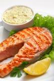 Ψημένη στη σχάρα μπριζόλα σολομών με τη σάλτσα, το μαϊντανό και το λεμόνι Στοκ Εικόνα