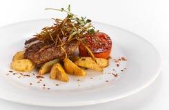 Ψημένη στη σχάρα μπριζόλα χοιρινού κρέατος με τα λαχανικά και τις ψημένες πατάτες Στοκ φωτογραφία με δικαίωμα ελεύθερης χρήσης