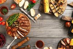 Ψημένη στη σχάρα μπριζόλα βόειου κρέατος με τα ψημένα λαχανικά με το διάστημα αντιγράφων Στοκ εικόνες με δικαίωμα ελεύθερης χρήσης