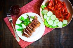 Ψημένη στη σχάρα μπριζόλα βόειου κρέατος με τη σαλάτα και σάλτσα στον ξύλινο πίνακα Στοκ Εικόνα