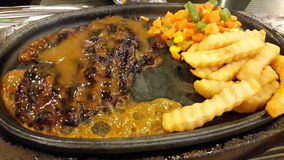Ψημένη στη σχάρα μπριζόλα βόειου κρέατος με τις τηγανιτές πατάτες Στοκ Εικόνες