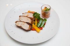 Ψημένη στη σχάρα μπριζόλα κοτόπουλου με τα φρούτα asuce Στοκ Φωτογραφία