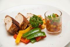 Ψημένη στη σχάρα μπριζόλα κοτόπουλου με τα φρούτα asuce Στοκ φωτογραφίες με δικαίωμα ελεύθερης χρήσης