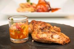 Ψημένη στη σχάρα μπριζόλα κοτόπουλου με τα φρούτα asuce Στοκ εικόνες με δικαίωμα ελεύθερης χρήσης