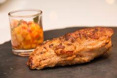 Ψημένη στη σχάρα μπριζόλα κοτόπουλου με τα φρούτα asuce Στοκ Εικόνες