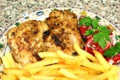 Ψημένη στη σχάρα μπριζόλα κοτόπουλου με τις τηγανιτές πατάτες Στοκ φωτογραφία με δικαίωμα ελεύθερης χρήσης