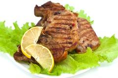 Ψημένη στη σχάρα μπριζόλα κρέατος με την πράσινα σαλάτα και το λεμόνι Στοκ Εικόνα