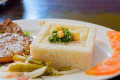 Ψημένη στη σχάρα μπριζόλα με τα λαχανικά ρυζιού και ατμού Στοκ Εικόνα