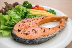 Ψημένη στη σχάρα μπριζόλα σολομών με τα λαχανικά στο πιάτο Στοκ εικόνα με δικαίωμα ελεύθερης χρήσης