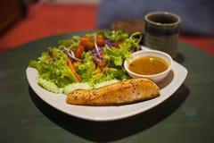 ψημένη στη σχάρα μπριζόλα σολομών με τη σαλάτα Στοκ Εικόνες