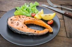Ψημένη στη σχάρα μπριζόλα σολομών με το λαχανικό στο πιάτο Στοκ Φωτογραφία