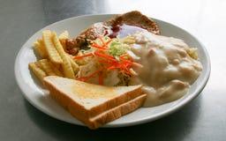 Ψημένη στη σχάρα μπριζόλα χοιρινού κρέατος και άσπρη σάλτσα μακαρονιών Στοκ Φωτογραφία
